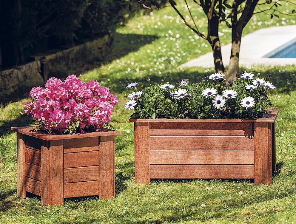 jardinera de madera tropical pequeña y grande con flores