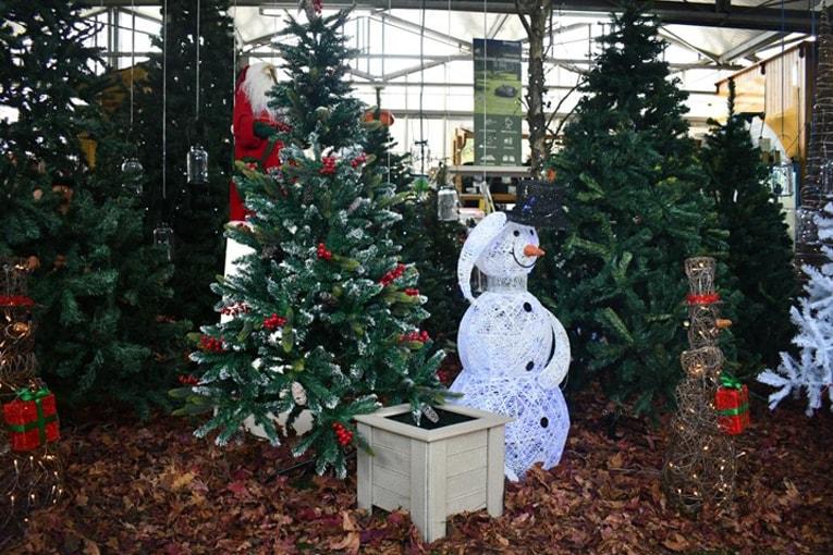 Decoración del hogar con macetas para árboles de Navidad